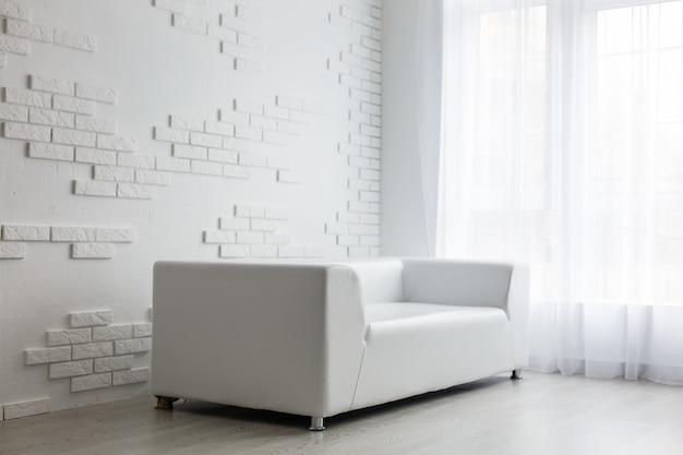 Beau salon avec canapé blanc. white concept living room interior.