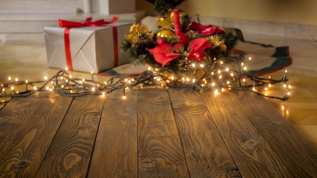 Beau salon décoré de lumières et cadeau pour noël