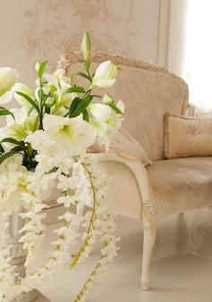 Beau salon de luxe décoré de fleurs blanches
