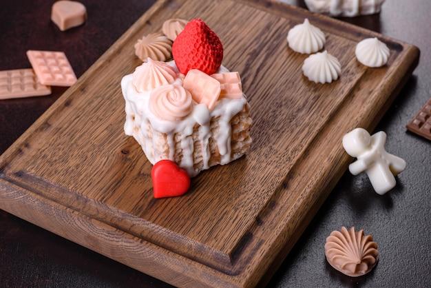 Beau savon coloré et brillant réalisé sous la forme d'un gâteau appétissant. aromathérapie, savon à l'odeur d'herbes