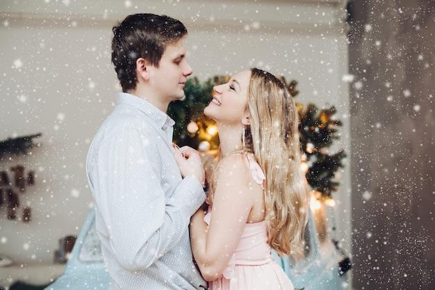Beau et sensuel couple o se tenant par la main et regardant dans les yeux.