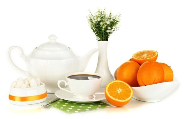 Beau service de dîner blanc avec des oranges sur blanc