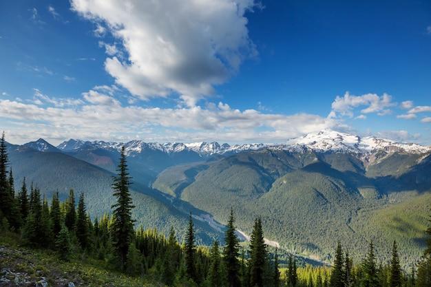 Beau sommet de montagne dans le nord de la chaîne des cascades, washington / usa