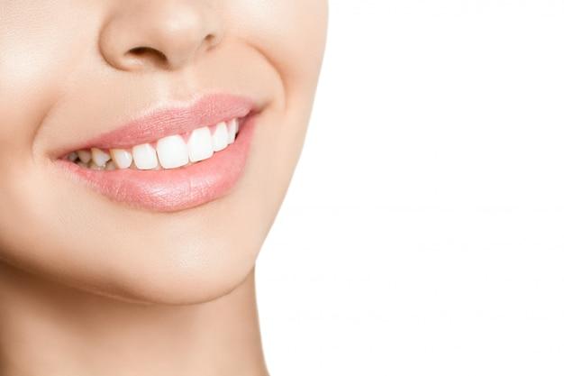 Beau sourire et dents blanches saines