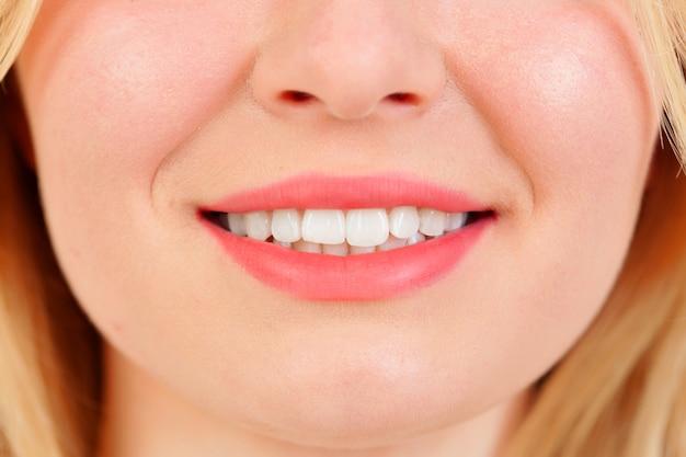Beau sourire avec des dents blanches