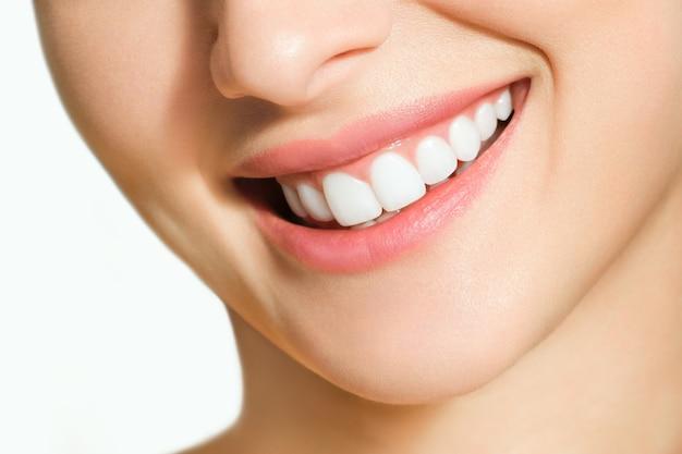 Beau sourire féminin après la procédure de blanchiment des dents. soins dentaires. concept de dentisterie