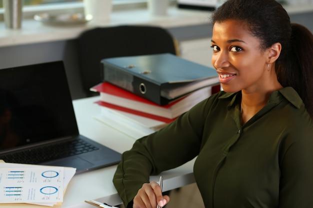 Beau sourire portrait de femme d'affaires au travail