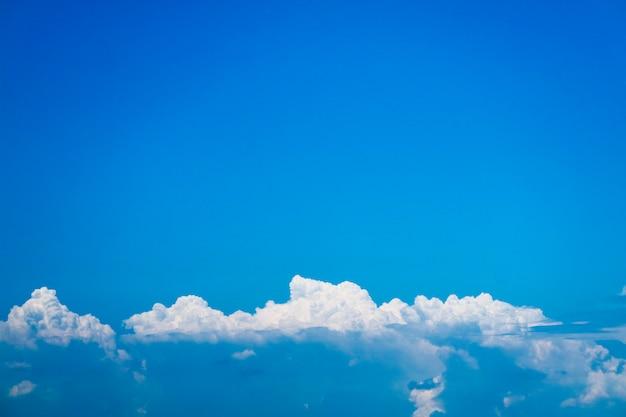 Beau tas de nuages avec un ciel bleu clair