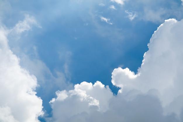 Beau tas de nuages et fond bleu de ciel et soleil