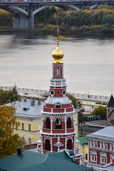 Beau temple au bord de la rivière