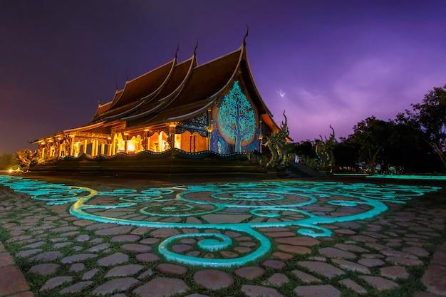 Beau temple phu fier au district de sirindhorn, province d'ubon ratchathani, thaïlande