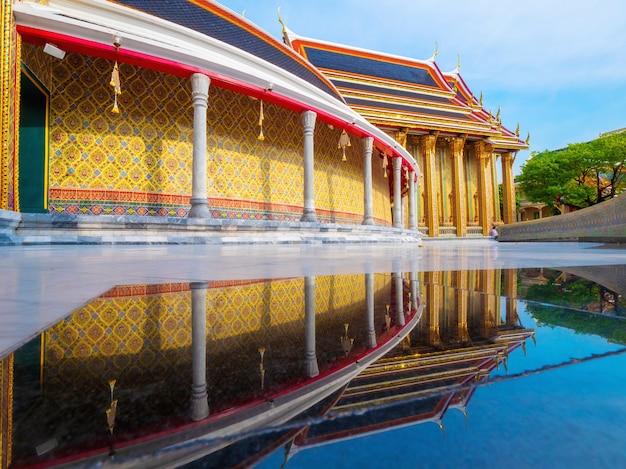 Beau temple thaïlandais wat ratchabophit ou officiellement wat ratchabophit sathit maha simaram ratcha wora maha wihan