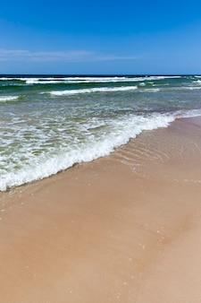 Beau temps ensoleillé sur la côte de la mer