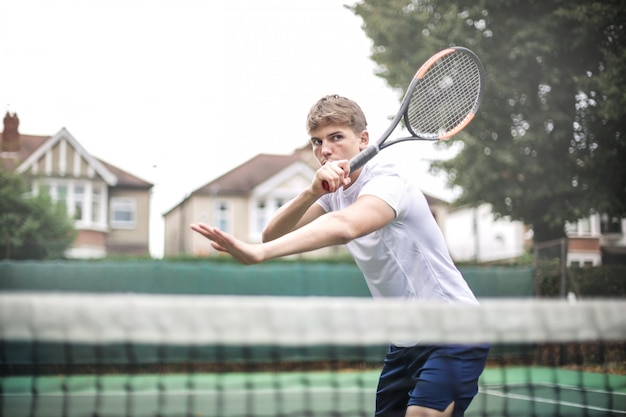Beau tennisman jouant un match