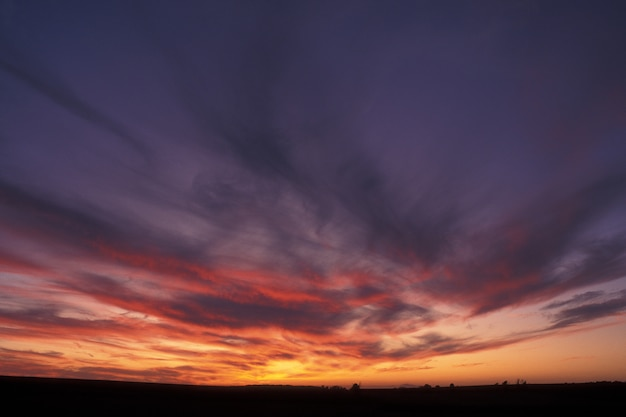 Beau tir d'un ciel violet et orange avec des nuages au coucher du soleil à guimaras, philippines