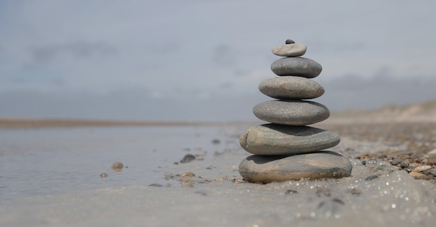 Beau tir d'une pile de rochers sur la plage - concept de stabilité commerciale