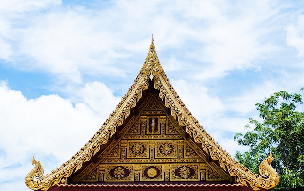 Beau toit de temple thaïlandais avec fond de ciel bleu. temple wat ratchakirihirunyaram à phitsanulok, thaïlande