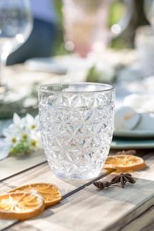 Beau vase en verre sur table en bois avec des quartiers d'orange séchée de noël