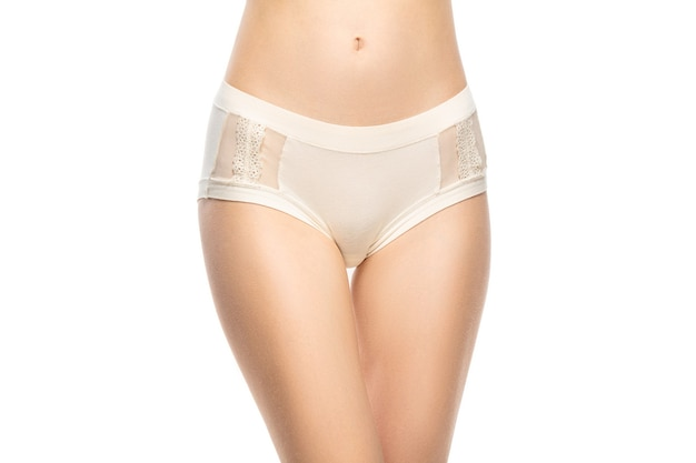 Beau ventre féminin et poitrine isolé sur fond blanc.