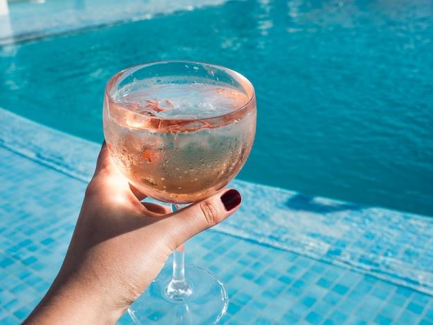 Beau verre avec un cocktail rose