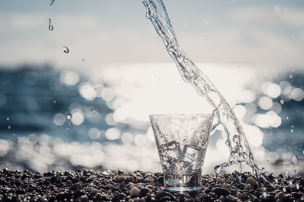 Beau verre avec de la glace et de l'eau minérale pure