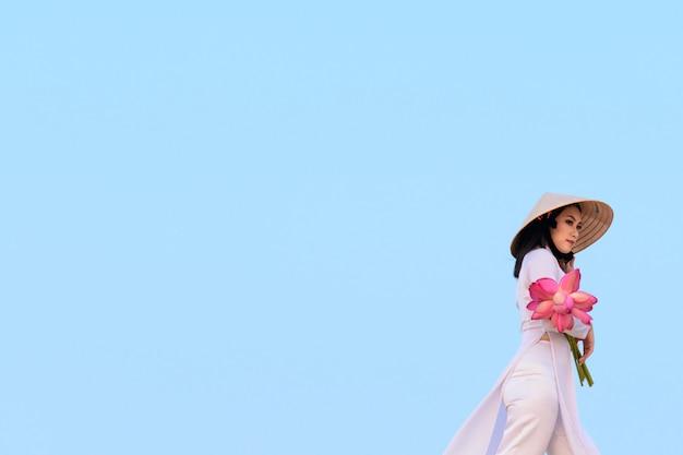 Beau, vietnamien, tenue, lotus rose, dans, sable blanc, dune, désert, muine, vietnam
