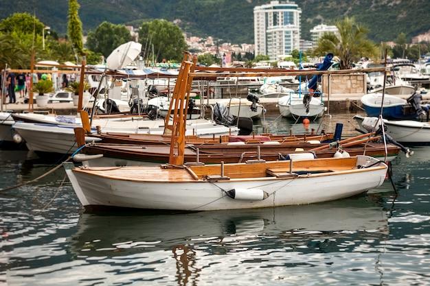 Beau vieux bateau en bois utilisé pour les voyages touristiques amarré au port de mer