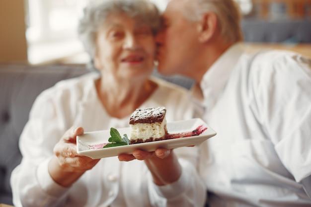 Beau vieux couple assis dans un café