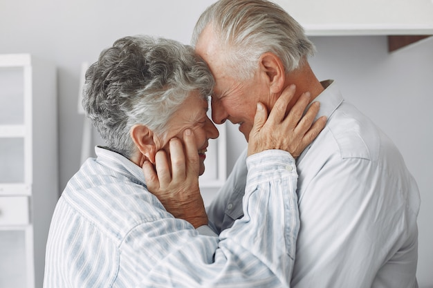 Beau vieux couple a passé du temps ensemble à la maison