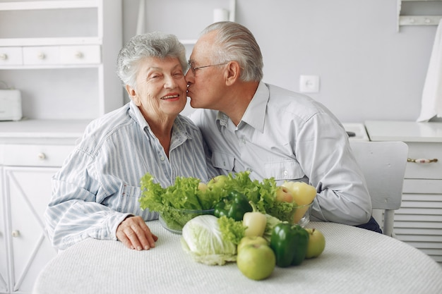 Beau vieux couple préparer de la nourriture dans une cuisine