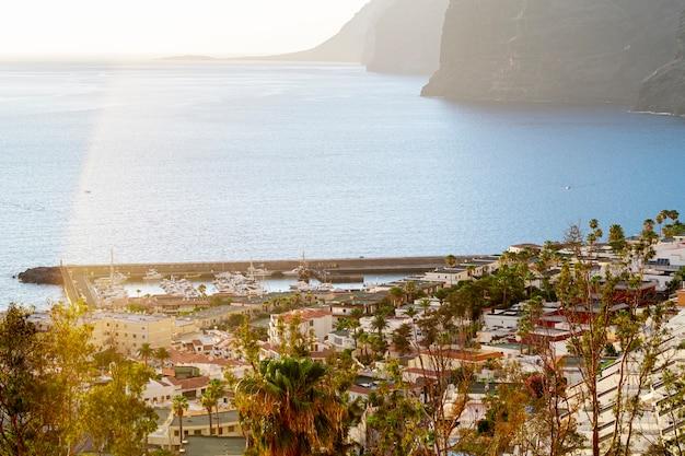 Beau village au bord de la mer