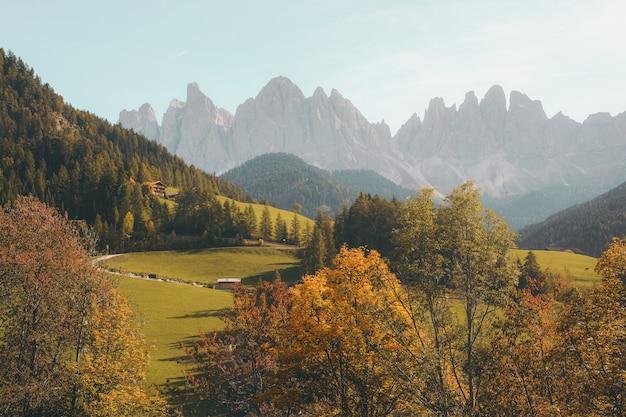 Beau village sur une colline entourée de montagnes