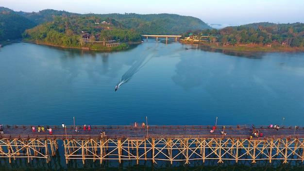 Beau vintage grand pont en bois en thaïlande photo aérienne paysage personnes marchant
