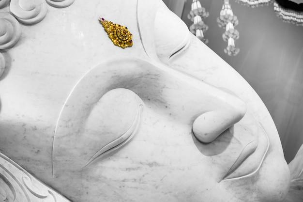 Beau visage de bouddha de paix dormant blanc.