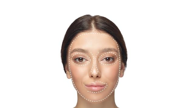 Beau visage féminin avec des flèches de levage isolées sur fond blanc. concept de soins du corps, cosmétiques, soins de la peau, chirurgie de correction, beauté et peau parfaite. flyer pour votre annonce. anti-âge.