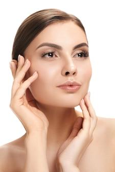 Le beau visage féminin. la peau parfaite et propre du visage sur blanc