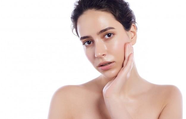 Beau visage de femme adulte jeune à la peau douce et propre - isolée on white