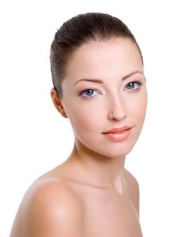 Beau visage de femme caucasien avec un maquillage de mode lumineux
