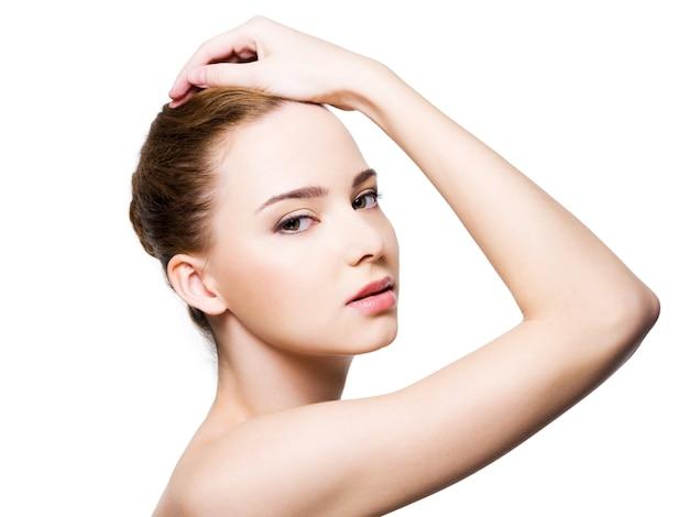 Beau visage de femme glamour avec une peau propre et saine
