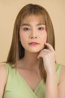 Beau visage de femme. main de maquillage