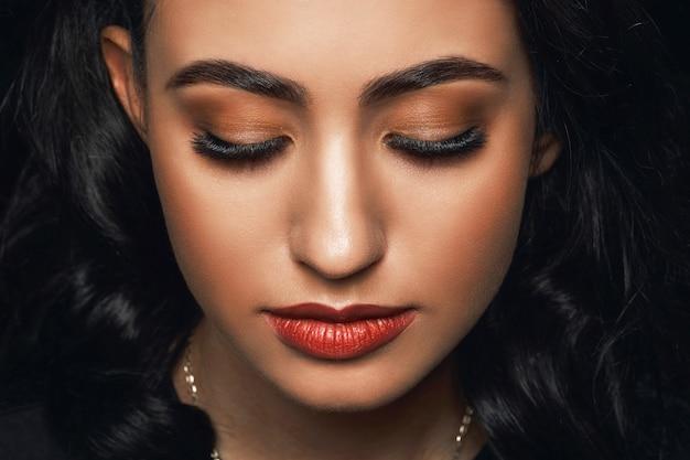 Beau visage de femme avec un maquillage extrême à longs cils