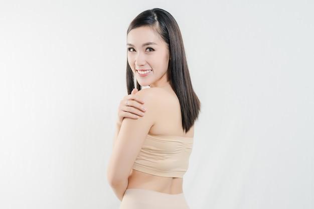 Beau visage de femme. portrait de beauté. femme spa montrent une peau fraîche parfaite.