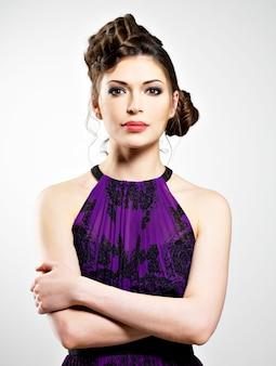 Beau visage de jeune femme avec une coiffure élégante avec un design de tresses, pose au studio