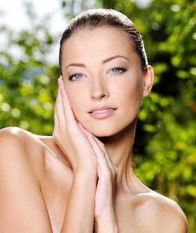 Beau visage d'une jeune femme avec une peau fraîche et saine.