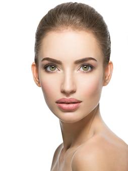 Beau visage de jeune femme de race blanche avec une peau fraîche de santé parfaite - isolé sur blanc. concept de soins de la peau.