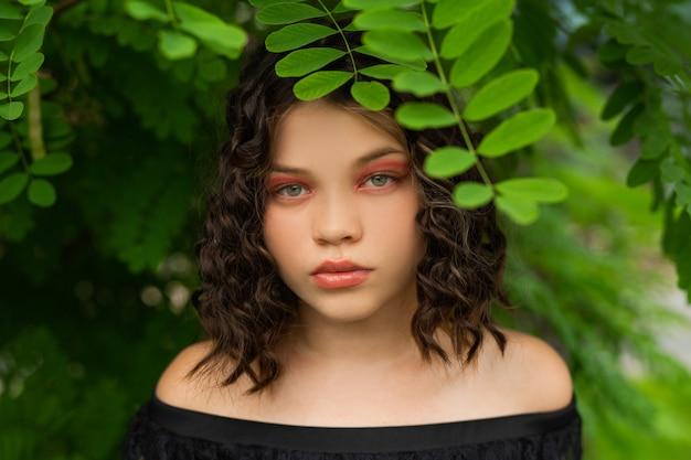 Beau visage de jeune femme soignée avec du maquillage