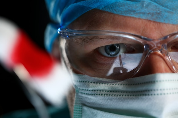 Beau visage de médecin masculin portant un masque de protection
