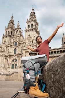 Beau voyageur masculin dans une cathédrale historique