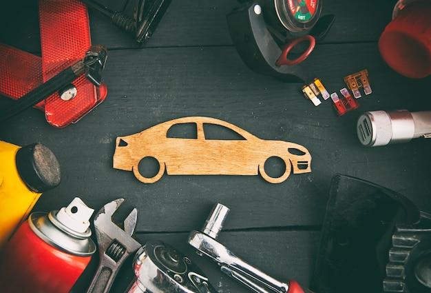 Beaucoup d'accessoires et d'équipements de voiture différents sur la table en bois