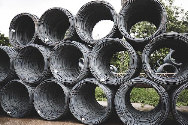 Beaucoup d'acier à nervures empilés ensemble industrie fonderie de fer